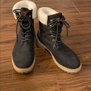 Black boots with shearling detail!
